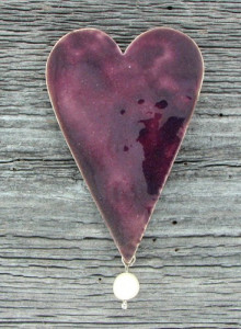 Heardbrooch with enamel